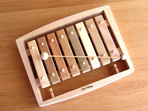 OAK VILLAGE オークヴィレッジ 森の合唱団~オークヴィレッジの国産木材を使用した、樹種の違う音盤をドレミの音階に並べた不思議な木琴です。グッド・トイ2009認定の木のおもちゃです。