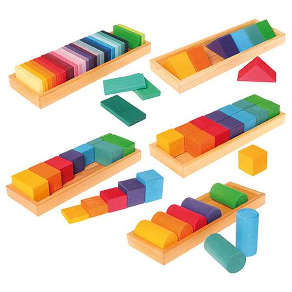 Grimm's Spiel & Holz Design グリムス社 GM色と形つみき(5種)~ドイツ、グリムス社の子どもの五感を刺激する7色5種類の積み木セット。レインボーカラーの積み木はお子さまの創造性を育みます。
