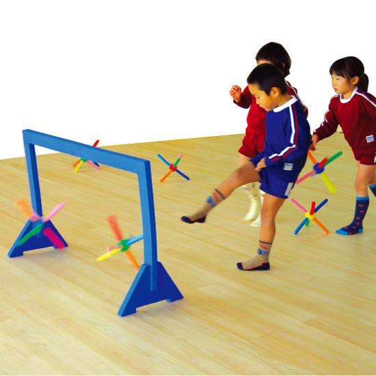 一歩社 はじめしゃ カラフルキックボール~一歩社(はじめしゃ)のお子さまの運動や運動会にオススメのおもちゃ・遊具。サッカーのようにゴールに入れるゲームが楽しめます。