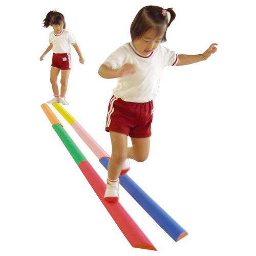 はじめしゃ 一歩社 バランス平均台~一歩社(はじめしゃ)のお子さまの運動や運動会にオススメのおもちゃ・遊具。低くて怖さは少ないですが、意外と難しい平均台です。