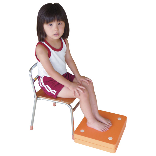 一歩社 はじめしゃ 足置き場 6枚セット~一歩社(はじめしゃ)の保育環境づくりにオススメの設備用品。椅子の高さが合わない場合の補助用具です。