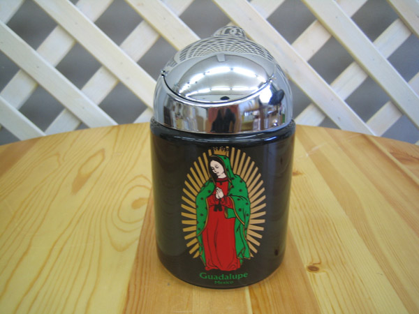 メキシコのグアダルーペ マリア のデザイン ☆送料無料☆ 当日発送可能 神々しいですね フタ付なので臭いも防ぎます 現品 ドーム 灰皿 大容量 トラッシュ型 防ぐ グアダルーペ フタ付灰皿 臭い