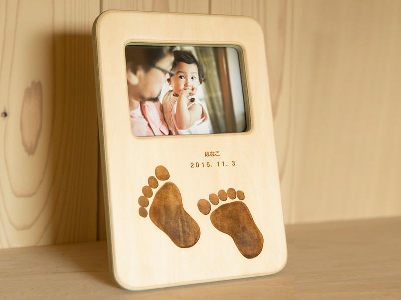 【ふるさと納税】お誕生を祝ったフォトスタンド(お子さんの足形刻印付き)
