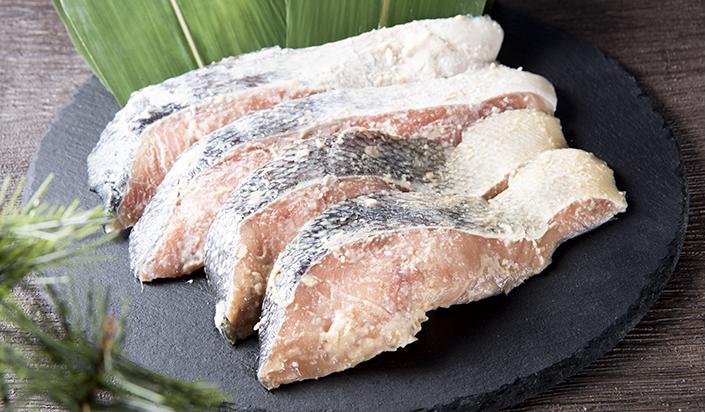 浜のおばちゃんが作り続けて半世紀の鮭粕漬を受け継ぎ 使い勝手の良いように1切れづつ真空パックにしました オンライン限定商品 1切のサイズは80gと大きく食べごたえがあり満足頂ける商品です ふるさと納税 特別セール品 1508 浜のおばちゃん秘伝の鮭粕漬