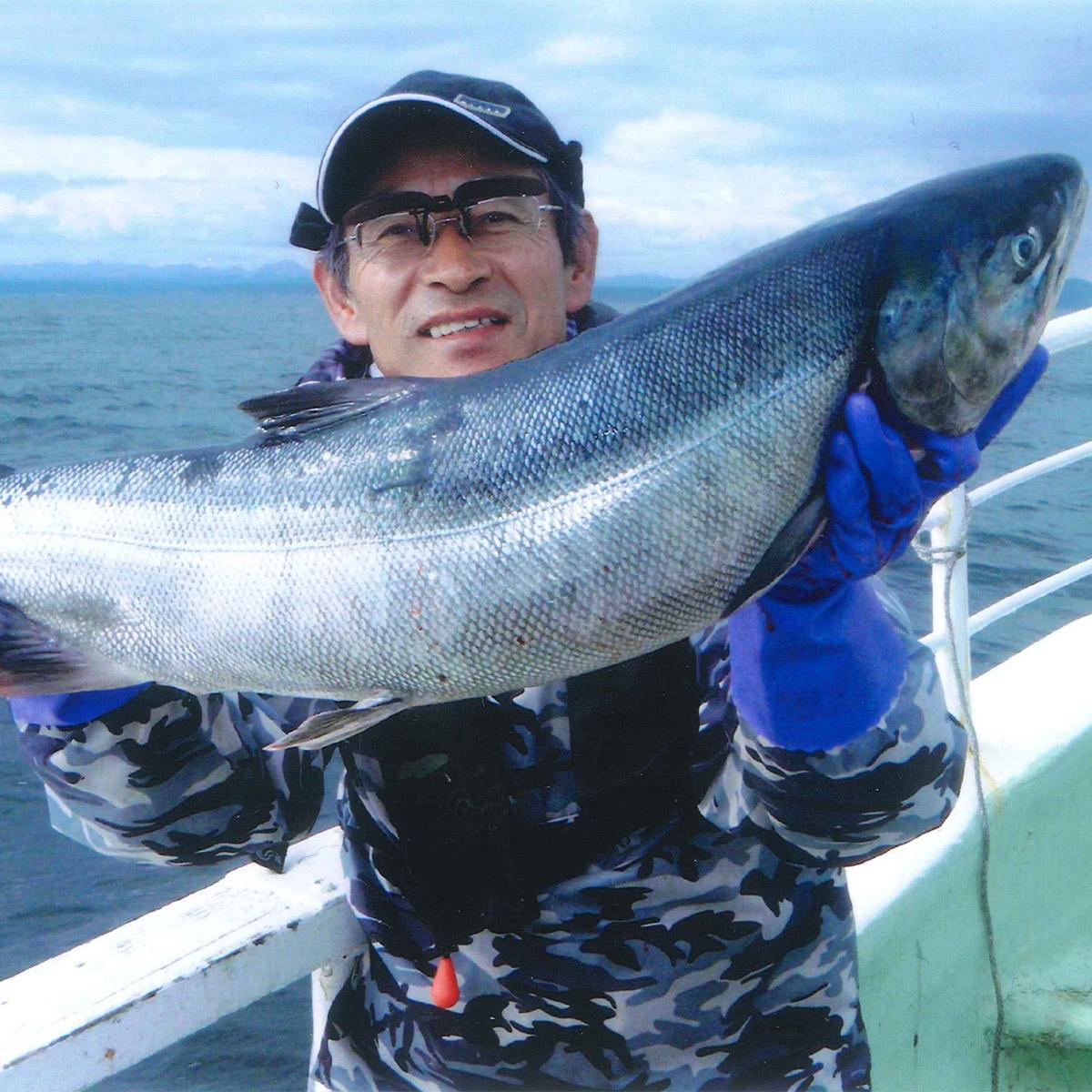 【ふるさと納税】チャーター船での北海道、秋鮭!イカ!の船釣り体験【12名様】