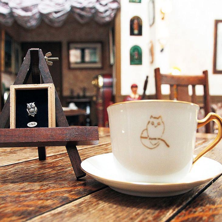 【ふるさと納税】大倉陶園製 林風舎オリジナルコーヒーカップ&ソーサーとシルバーミミズクピンブローチセット