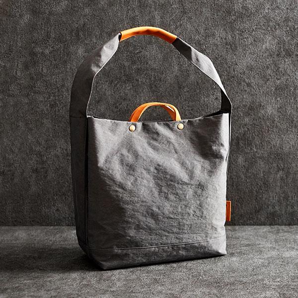 しっかり張りがありますが、軽量。 【ふるさと納税】豊岡鞄 2WAY トート (グレー) TUTUMU News paper tote (S2000 24-152) / カバン かばん トートバック