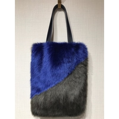軽くてふわふわ、手触り抜群な毛足長めのファーを使用したエコファーバッグです。 【ふるさと納税】切り替えトートバッグ(チャコールグレー×ロイヤルブルー)株式会社岡田織物【1066758】