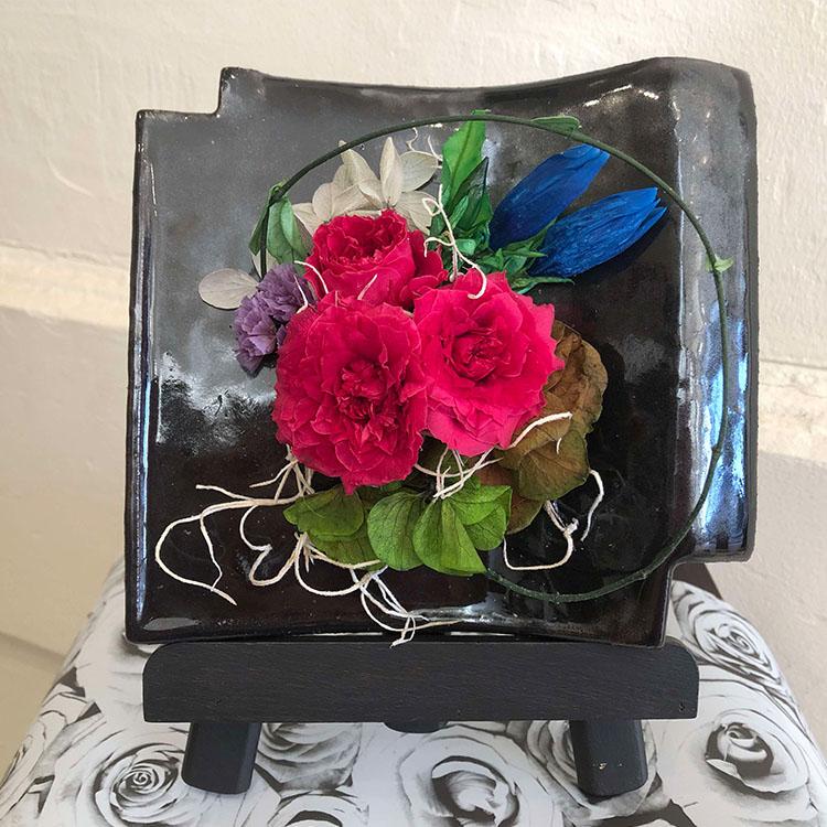母の日 ふるさと納税 1251.浜田産瓦 イーゼル付 マーケット 店 バラとりんどうのプリザーブドフラワーアレンジメント