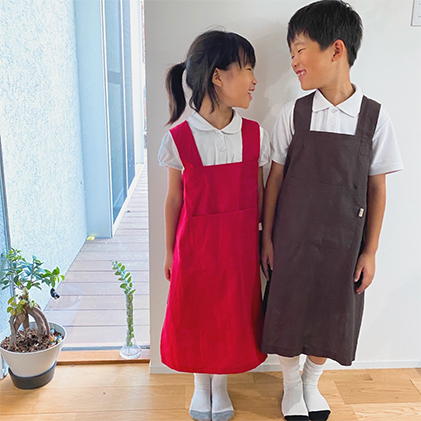 岡山県里庄町 ふるさと納税 素材を楽しむ キッズエプロン レッド 子供服 エプロン 全国どこでも送料無料 在庫一掃売り切りセール ファッション キッズ