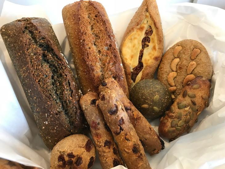 【ふるさと納税】全粒粉100%無添加天然酵母パン8種10点セット