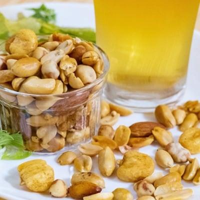 1粒1粒にスモークの香りを纏わせたナッツは最後まで香りを楽しんでいただけます。 【ふるさと納税】四国カルストのふもとでモクモクと燻したスモークナッツ 100g × 2個【1131575】