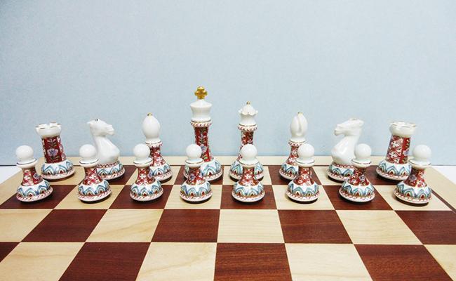 A1400-4【ふるさと納税】有田焼のチェス駒ハーフ(古伊万里草花地紋)&木製チェス盤セット 陶楽