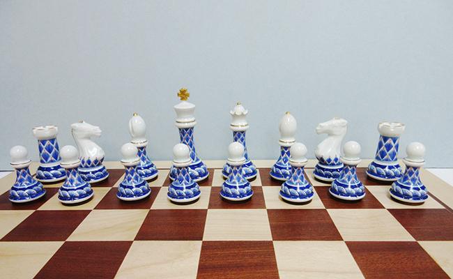 A1400-3【ふるさと納税】有田焼のチェス駒ハーフ(藍鍋島松竹梅)&木製チェス盤セット 陶楽