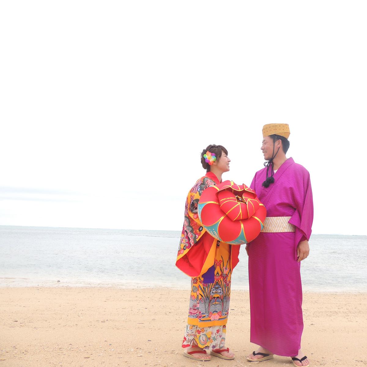 【ふるさと納税】琉装体験(ペア)目の前に広がる海でセルフ写真撮影