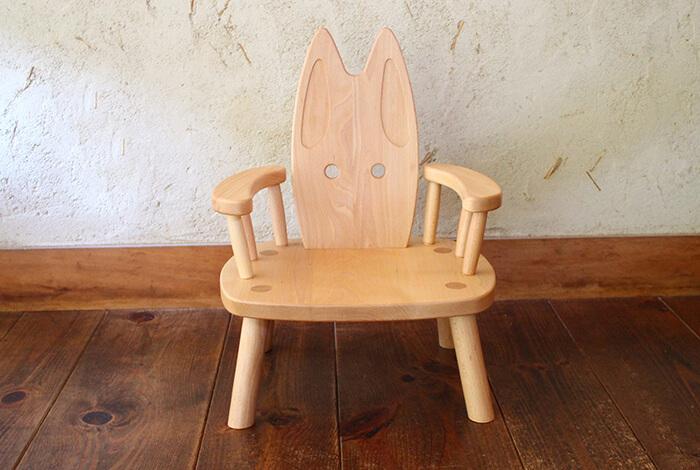 Oak Village(オークヴィレッジ)『ひじつきウサギイス』 | 日本製 木製 無垢 リビング 子ども椅子 売上の一部が森づくりに活かされます。