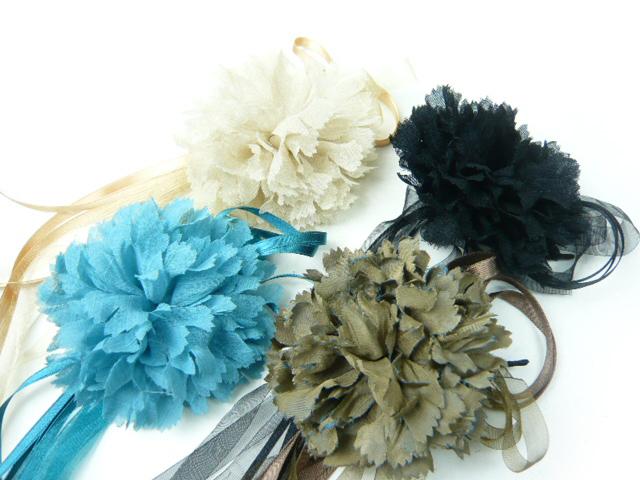 フォーマルコサージュ 宅配便対応  コサージュ 長いリボンを自由に使ったふんわりカーネーション 髪飾り ヘアーアクセサリ-