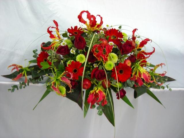 グロリオサ、赤バラ、ガーベラ等のメインテーブル装花(生花)