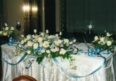 ブルーリボンを使ったホワイト系メインテーブル装花3点盛(LL)(生花)