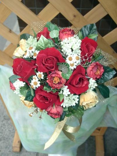 アート赤バラに小花を加えたラウンドブーケ