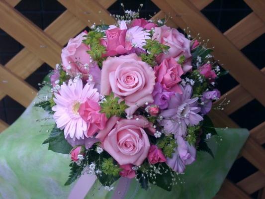 ピンク系の花でまとめた小型ラウンドブーケ
