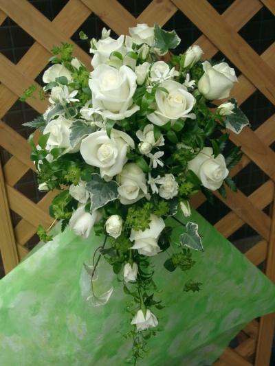 白バラをメインにしたオーバル型ブーケ