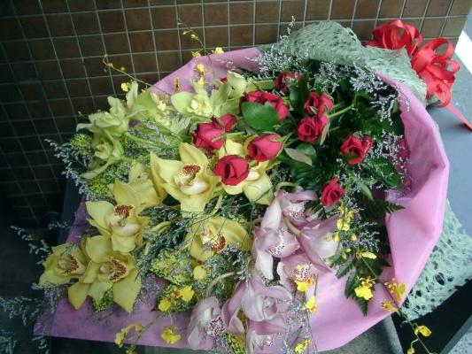 蘭と真赤な薔薇の花束