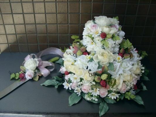 ラズベリーを飾ったブライダルアートフラワーケーキ2段型