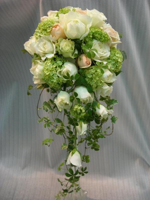 白バラ、グリーンキャスケードブーケ
