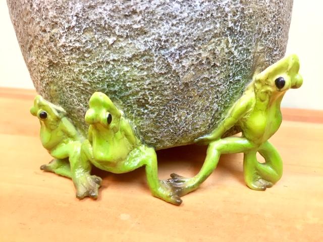 国内送料無料 お歳暮 カエルが支える樹脂製の植木鉢 樹脂製の鉢