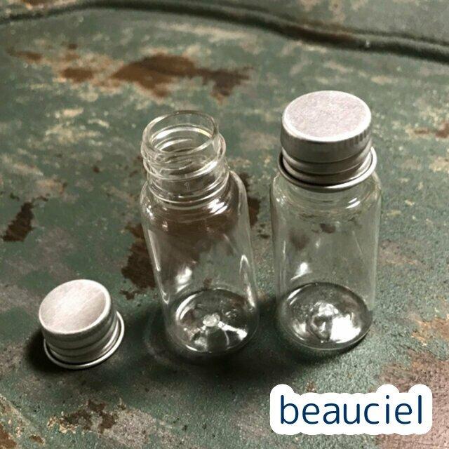 アルミ製キャップがついたプラスチック製ボトルです ビーズの保存 百貨店 ミニハーバリウムなどに 8個セット ミニプラスチックボトル ハーバリウムやビーズの保存に 永遠の定番モデル プラスチック製ボトル シルバー アルミキャップ