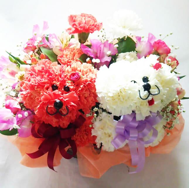 【送料無料】トイプードル(紅白ペア・2匹)のフラワーアレンジメントまるでぬいぐるみみたい☆ふわふわでキュンとしちゃう♪かわいい生花カーネーションギフト