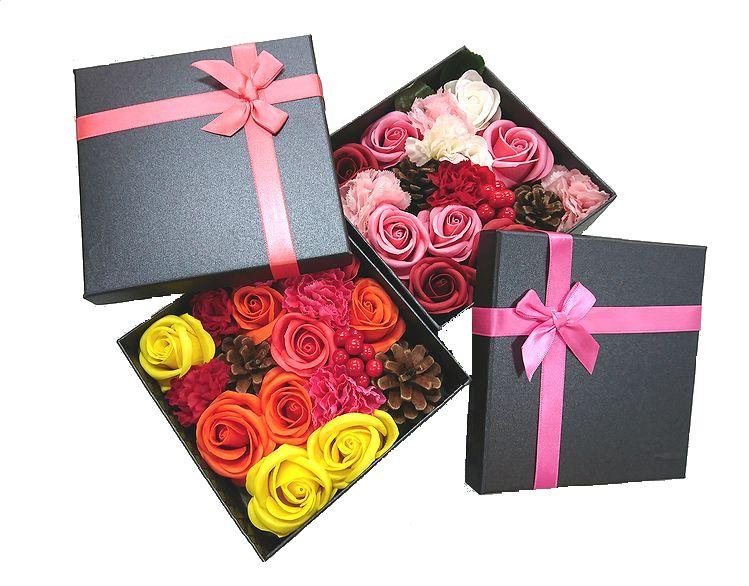シックなブラックボックスにシャボンフラワーと松ぼっくり 造花のカーネーションの入った大人のシャボンフラワー ソープフラワー エーベル 送迎 記念日 造花 定番から日本未入荷 還暦 せっけん アレンジメント 母の日 お祝い 完全送料無料