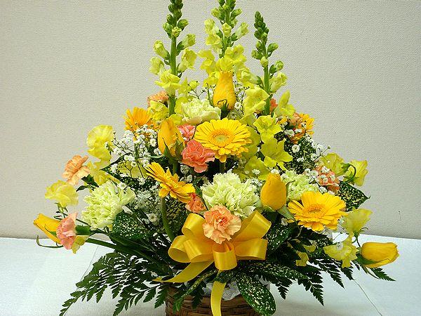 当店自慢のアレンジメント ボリューム満天 マーケティング たくさんのお花がふんだんに使われています 季節のお花を常に仕入れてくるので お花をお任せしていただいている分 たくさん入れています 生花 スタッフおまかせ ゴージャスアレンジメントH40 イエロー 花 フラワーギフト お祝 還暦 送迎 アレンジメント NO.3 歓迎 母の日 退職祝い 結婚祝い 誕生日 売れ筋ランキング 記念日