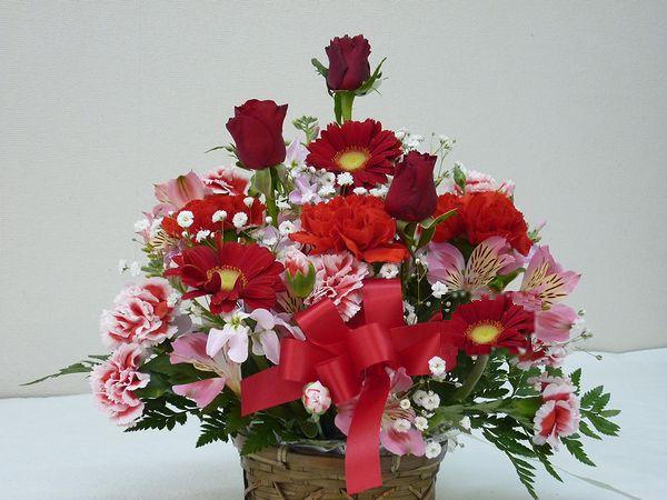 当店自慢のアレンジメント ボリューム満天 たくさんのお花がふんだんに使われています 季節のお花を常に仕入れてくるので お花をお任せしていただいている分 たくさん入れています 生花 ファクトリーアウトレット スタッフおまかせ ゴージャスアレンジメントH30 レッド 花 フラワーギフト 訳あり品送料無料 歓迎 結婚祝い 退職祝い 還暦 アレンジメント 誕生日 NO.2 送迎 母の日 お祝い 記念日