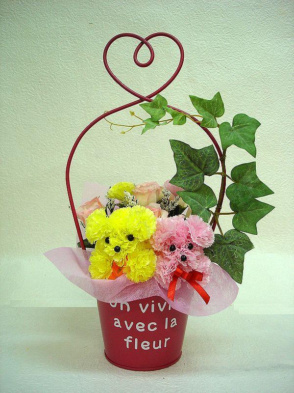 ローズピンクのブリキバケツで 2匹のプードルが入った造花アレンジ ピンク イエロー2匹のプードルがかわいらしく見つめています ブリキポットプードル 花 フラワーギフト 結婚祝い 誕生日 送迎 アレンジメント 日本正規品 退職祝い 歓迎 記念日 造花 お祝い 買取 還暦