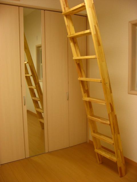 木製階段インテリア用 ロフト階段 ロフトはしご 金物セット (fus-016-2)お洒落なロフト階段。好きなカラーで仕上げて下さい。そのままでも使用可能ですので木の天然色の変化をお楽しみ頂けます。無塗装パイン集成材。