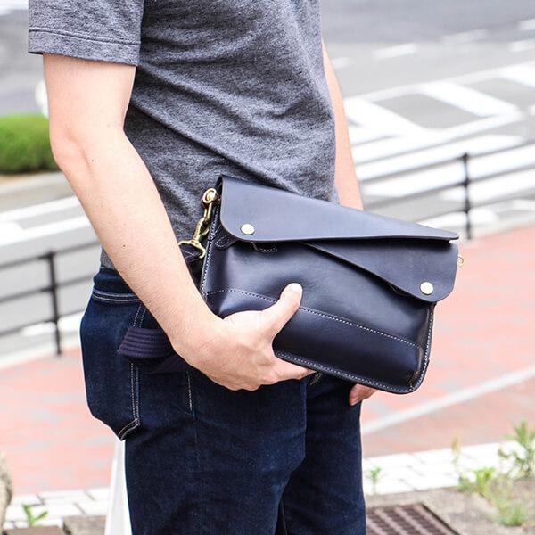 幅広い世代から人気のクラッチバッグです。絶妙な立体感で個性的なデザインが人気の秘密です。ショルダーベルトも付いているので服装に合わせた様々な使い方ができます。 【9/30限定 Rカードで+5倍】ビアベリー DOUBLE FLAPS M クラッチバッグ ショルダー付き セカンドバッグ 革 BEERBELLY 本革 レザー 革 ニューヨーク かわいい 日本製 かっこいい 人気 おしゃれ 男性 退職祝い プレゼント 送別会 誕生日