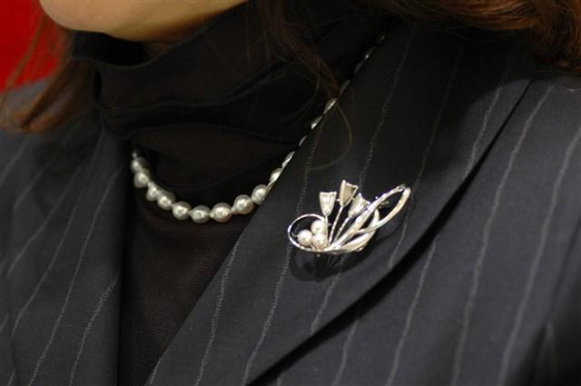 ブローチ 結婚式 あこや真珠3粒シルバーブローチ 初回限定 約3cmx5.4cm 送料無料(一部地域を除く) お受験 冠婚葬祭 プレゼント 入学式 送料無料 卒業式