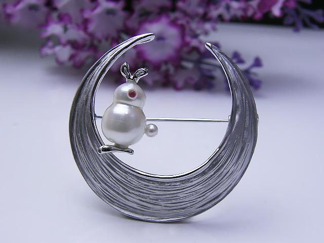 真珠ブローチ 送料無料月うさぎブローチパール ジュエリー ウサギ 真珠婚 30年 おすすめ品 ルビー 淡水真珠 つき 人気 誕生日
