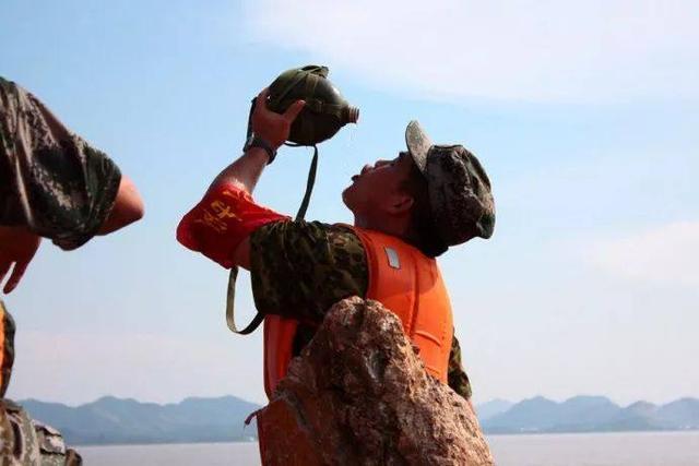 商舗 中古 予約販売5~8営業日での発送 水筒 ウォーターボトル ミリタリー 大容量 レトロ 屋外 登山