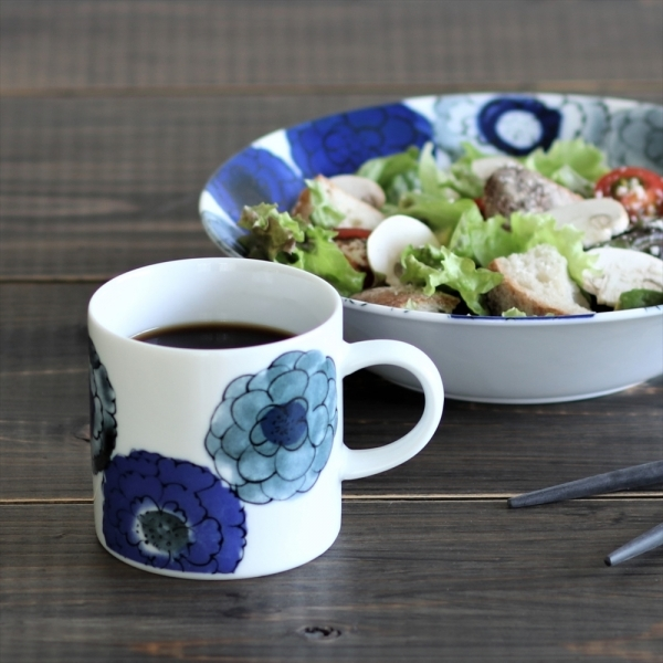お中元 夏 敬老 流行 ギフト お礼 おすすめ もらって 嬉しい ありがとう マグカップ 藍色 美濃焼 花柄 かわいい 陶器 焼き物 タンブラー コーヒーカップ マグ 瀬戸焼 ラテマグ カップ 和風 おしゃれ 雑貨 コップ 北欧 日本製 アイス お求めやすく価格改定 コーヒー