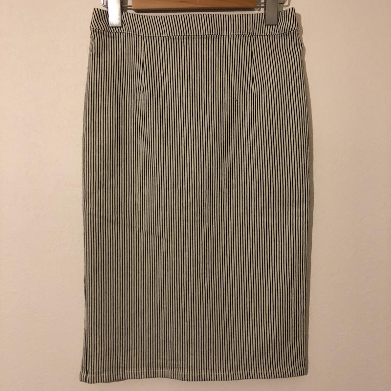 ルスーク 一部予約 LESOUK 表記サイズ:36 白 ホワイト X 紺 ネイビー ストライプ スカート Medium 中古 Skirt 古着 有名な 10005532 ひざ丈スカート USED
