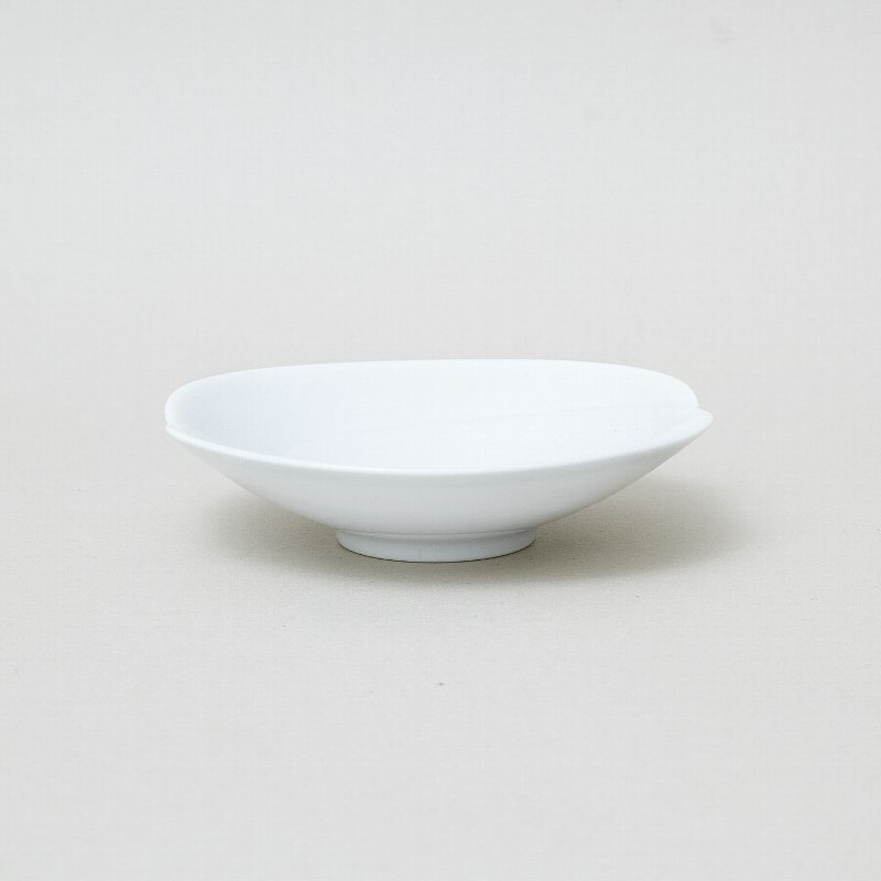 [Tomoe] [-Shallow Bowl small (white)] [Hakusan porcelain] [Hasami see ware] [Fourth in 5 sizes] (Dessert, small plates) [Has a depth and a little juice if OK] [12.5 X 3 cm] [100 g]