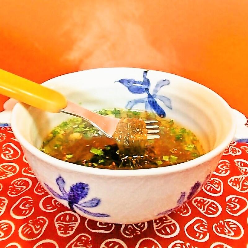 温めて体も美味しい!生もずくタップリの超ヘルシースープ!しょうゆベースの味でネギの甘い香りとピリッと辛い七味唐辛子がポイントです。 もずくを食べる生もずくスープ20食入り 1箱 食物繊維 贈答 温活 腸活 低カロリー