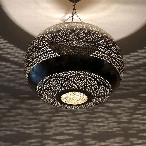天井に広がる影の迫力と美しさに息をのむ、ゴージャスな真鍮ランプ【モガドール】