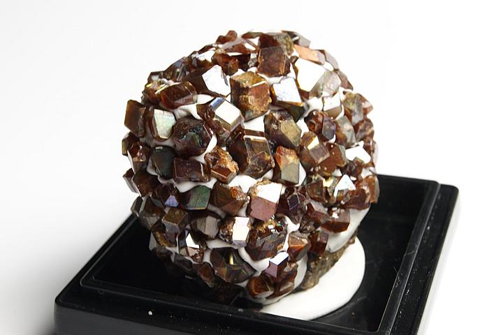 奈良県天川村産 レインボーガーネット単結晶母岩付き