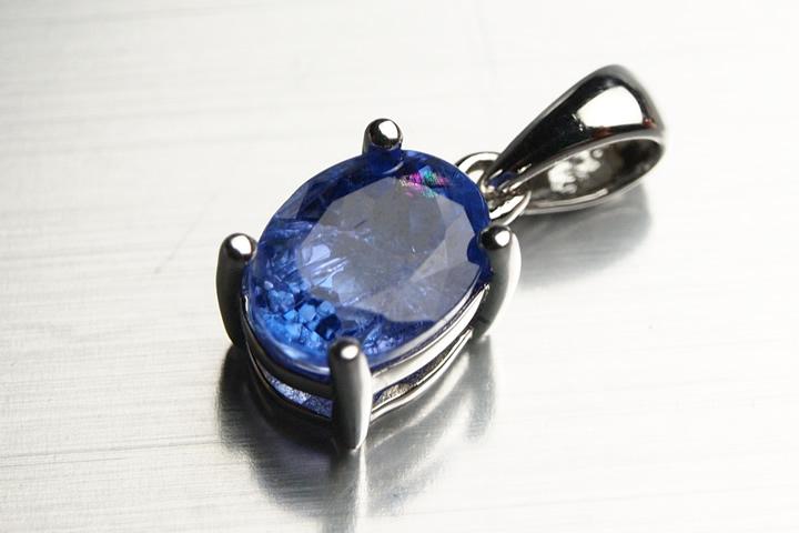タンザナイトペンダントトップ 宝石質グレード 0.8×0.6×0.5cm