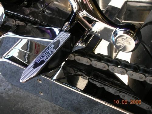 ローリングトイズ(Roaring Toyz)ブラックリヤフットペグ,トイズロゴCustom Bladed Rear Footpeg Set GSXR/Hayabusa Anodized Black