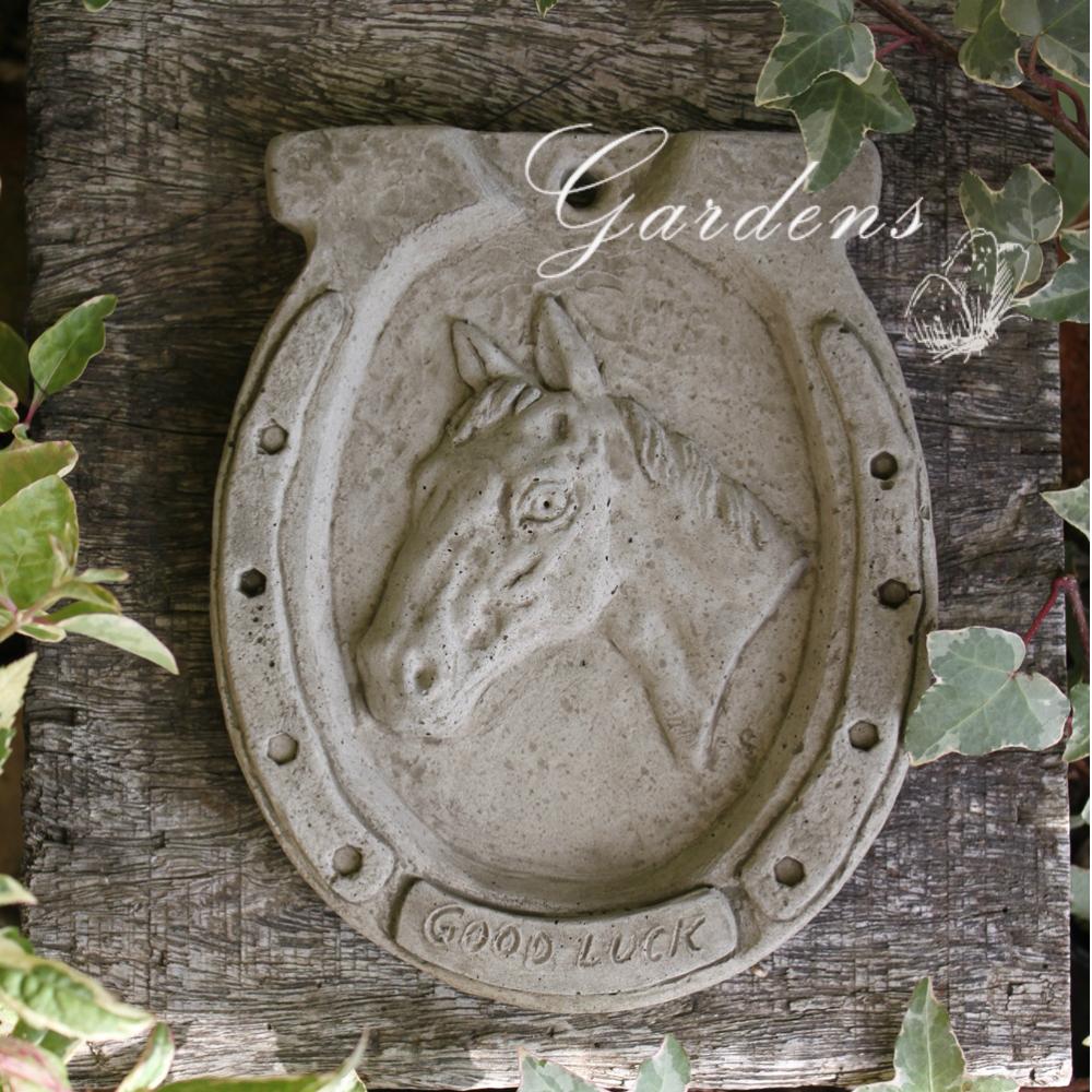 幸せを呼ぶモチーフ馬蹄の吊り下げタイプのオブジェ ガーデン オーナメント 壁掛け 馬ウマ 馬蹄 うま ウォールデコ WEB限定 イギリス Hampshire 初売り ドラゴンストーン Horse Garden オブジェ Craft ハンギング ガーゴイル Plaque 置物